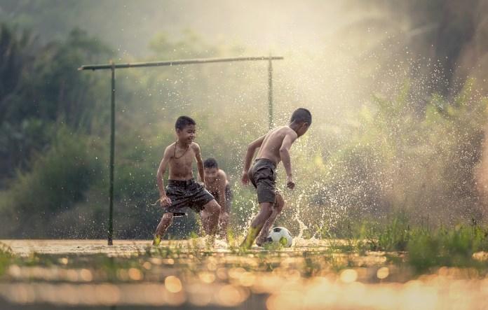brincadeiras-ferias-escolares-banho-de-chuva