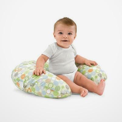 Usando a almofada de amamentação como apoio para o bebê sentado