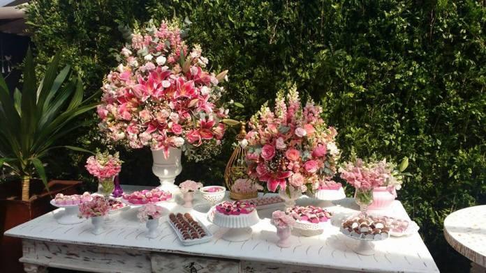 usando flores na decoração do chá de bebê