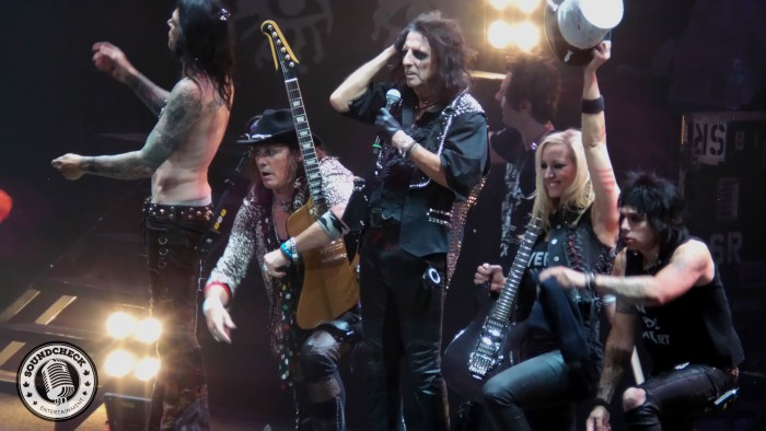 Alice Cooper and his band taking in a massive standing ovation! Photo by Hendrik Pape for Sound Check Entertainment