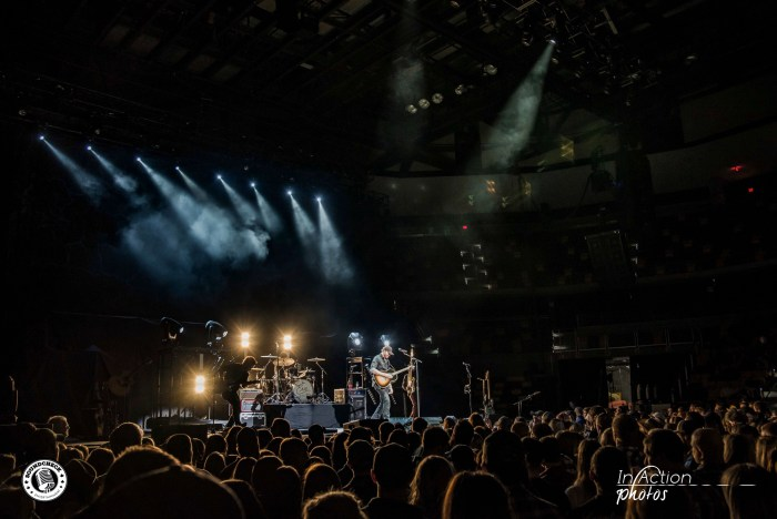 Eric Paslay performs at AMSOIL Arena in Duluth - Photo: In Action Photo