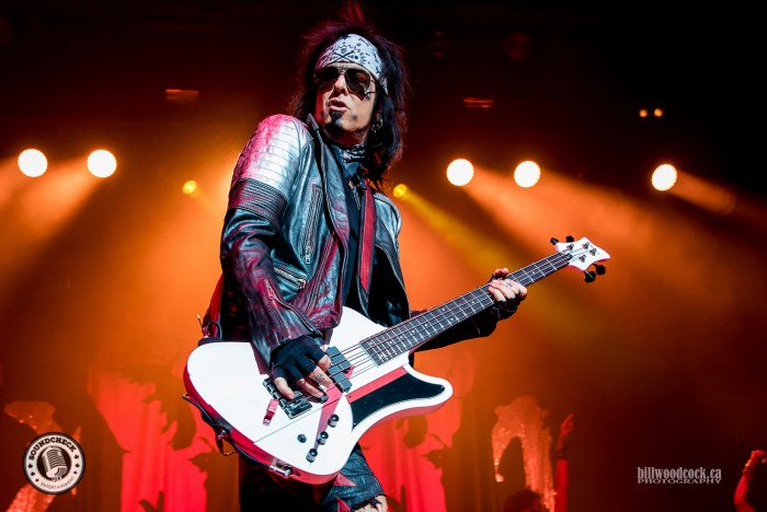 Sixx:A.M. perform in London ON - photo: Bill Woodcock