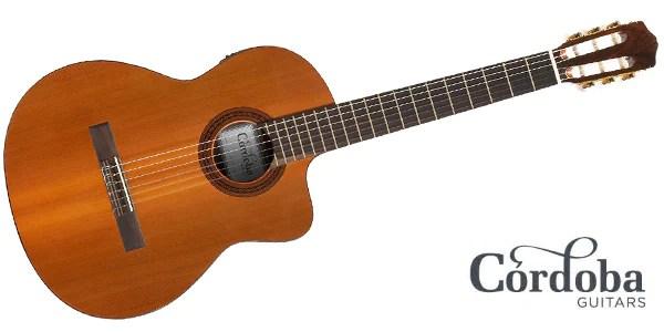 CORDOBA エレクトリック・ガットギター C5-CETは伝統的なスパニッシュスタイルの工法で製作され、Fishman Isys+ with onboard Tunerを搭載したエレガットモデルのシンボディ(薄型ボディ)タイプです。トップにソリッドカナディアンシダー、バック&サイドにマホガニーの組み合わせは落ち着きのあるクラシックサウンドを奏で、シンボディによりアコースティックギターやエレキギターの持ち替えでの演奏も違和感を少なくしています。また、カッタウェイを採用し、ハイフレットでの演奏性を
