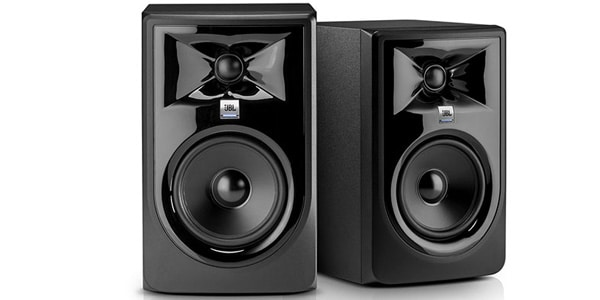 JBL大人気パワード・スタジオモニタースピーカーLSR305の後継モデル、305P MKII。高域、低域それぞれのドライバーに改良が施され、再現性能が大幅に向上。JBL独自のイメージコントロールウェーブガイドが目を引く、光沢あるフロントフェイスが特徴的です。高品位なリスニングからDTM/DAWを使用した本格的な音楽制作まで幅広いシーンで大活躍してくれること間違いなしの一押しモデルです。