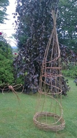 willow obelisk and dragonfly made at workshop