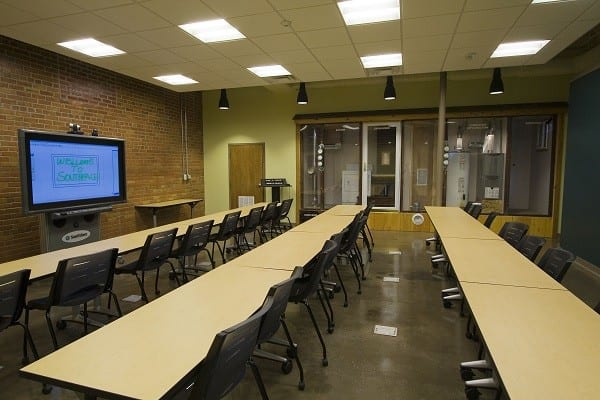 The classroom offers smartboard technology, a demonstration of pressure and combustion gases in residential contexts, and space for more than 30 people.
