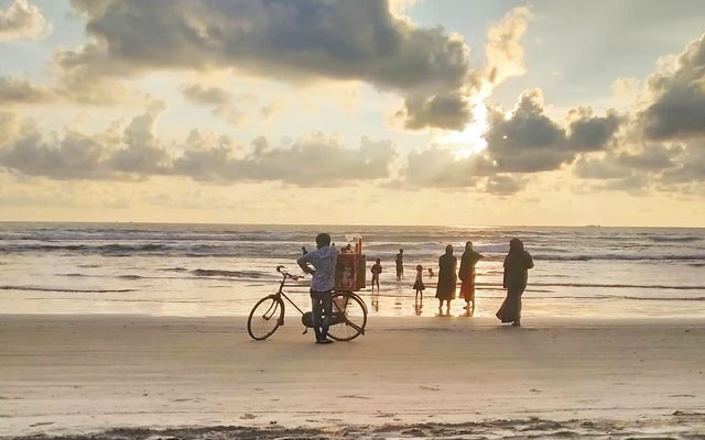 Families and young children playing in the evening time of Thikkodi beach