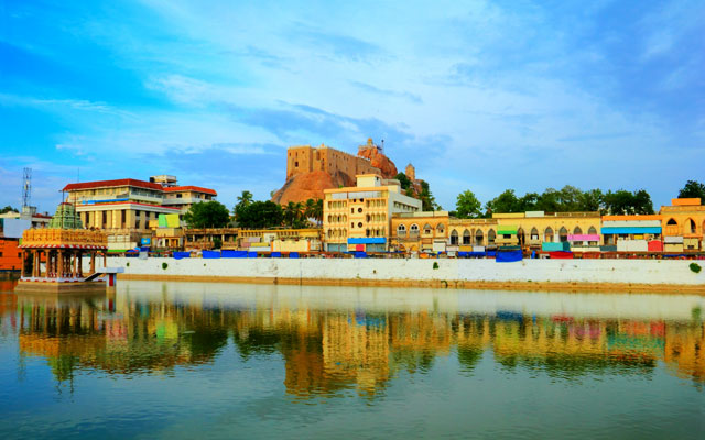 A majestic view of Trichy rock fort temple with Theppakulam