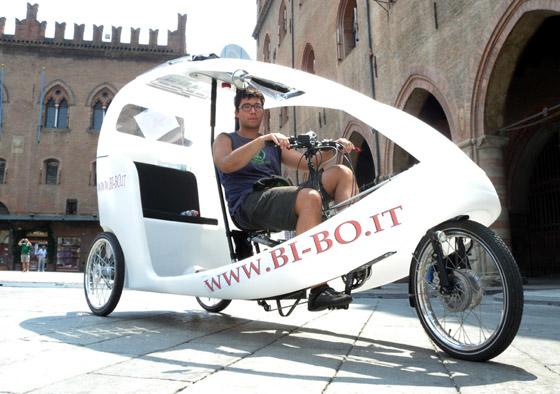 Il mezzo a pedali, Bi-Bo, con la pedalata assistita da un motore elettrico che si carica ad energia solare. [Foto: Sergio Dolce]