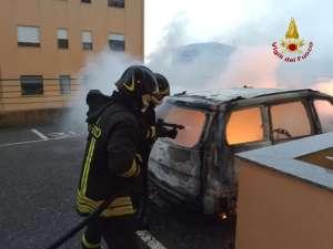 Intervento dei vigili del fuoco per un'auto in fiamme a Catanzaro