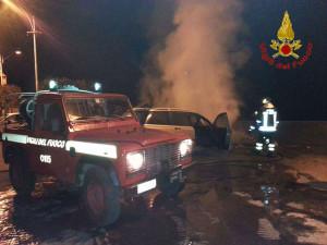 vigili-incendiato-auto