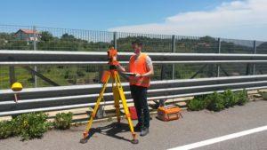 Tecnico Laboratorio misurazione pendenza viadotto