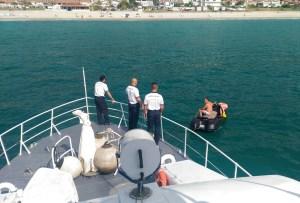 Guardia Costiera soccorre due persone su un acqua scooter in panne