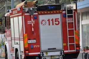 Cisterna perde gasolio sulla Ss 106 dopo uno scontro, intervengono i vigili del fuoco