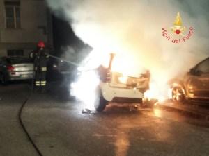 Incendio nella notte distrugge tre auto a Catanzaro