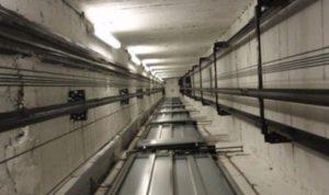 Precipita per sei piani nel vano ascensore, muore donna di 77 anni
