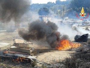 Vasto incendio a Girifalco distrugge alcuni automezzi di azienda