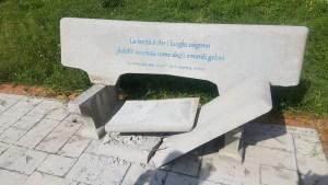 Girifalco – Danneggiata la panchina letteraria di via degli Oleandri