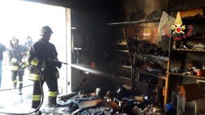 Incendio in un magazzino sulla SS 106 nel comune di Guardavalle