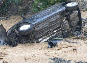 Il maltempo imperversa in Calabria, torrenti in piena e auto trascinate