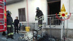 Stufa brucia le coperte, incendio in un'abitazione