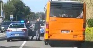 Ruba l'autobus davanti alla stazione ferroviaria, inseguito e arrestato