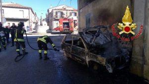 Auto in fiamme, intervento dei vigili del fuoco