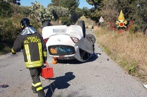 Auto si ribalta per evitare un cinghiale, conducente ferito