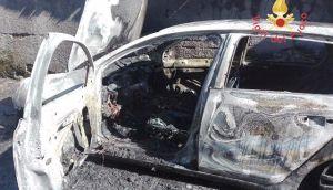 Auto in fiamme nel catanzarese, avviate le indagini