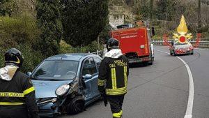 Perde il controllo dell'auto e finisce contro il guardrail