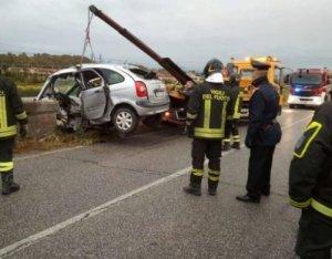 Auto si schianta contro un pilone, muore 20enne