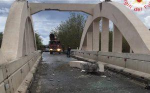 Camion contro arcate del ponte tra Isca e Badolato: divelta una trave. Statale 106 chiusa
