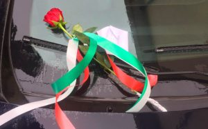 Carabiniere ucciso a Foggia, un biglietto e una rosa su una gazzella dei carabinieri per solidarietà