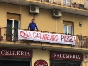La protesta di Enzo Colacino per l'arrivo del ministro Salvini a Catanzaro