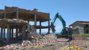 Demoliti due immobili confiscati alla 'Ndrangheta