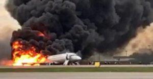 Mosca: aereo in fiamme durante l'atterraggio, 41 morti e diversi feriti