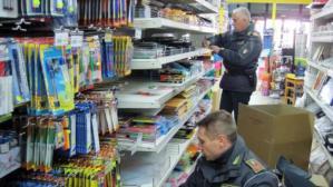 Sequestrati 54mila prodotti contraffatti e pericolosi, una denuncia