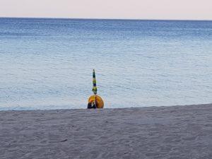 FOTO NEWS | Soverato – Ombrelloni abusivi nella spiaggia libera