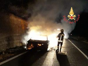 Auto in fiamme sulla Sp 616, in salvo occupanti