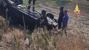 Scontro tra due auto sulla Statale 106, due feriti