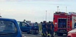 Scontro tra una moto e un'auto sulla Ss 106, muore 30enne