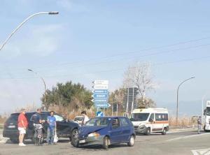 Scontro frontale tra due auto sulla Ss 106, feriti