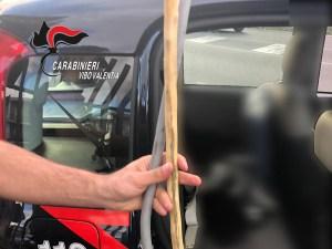 Rinvenuti un bastone e un cavo elettrico in un'auto, 26enne denunciato
