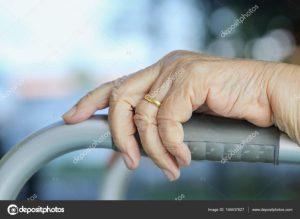 Strappa fede da dito ad anziana al pronto soccorso, 40enne arrestato