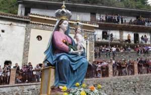 Inchino statua della Madonna di Polsi durante processione, aperta indagine