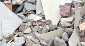 Sorpreso a scaricare rifiuti edili lungo la fiumara, 57enne denunciato