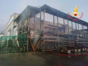In fiamme area esterna della Brico di Squillace