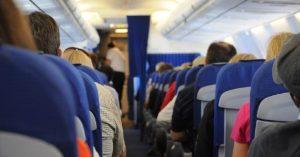 Panico sull'aereo: uno dei motori si guasta, i passeggeri pregano… meno due che si sbronzano