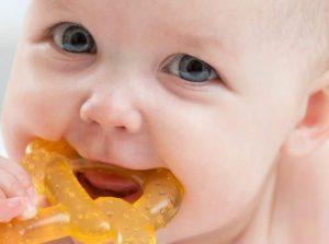 Attenzione mamme alcuni prodotti per la dentizione dei bambini contengono zuccheri e alcol