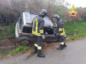 Auto perde il controllo e finisce in un canale, ferito il conducente
